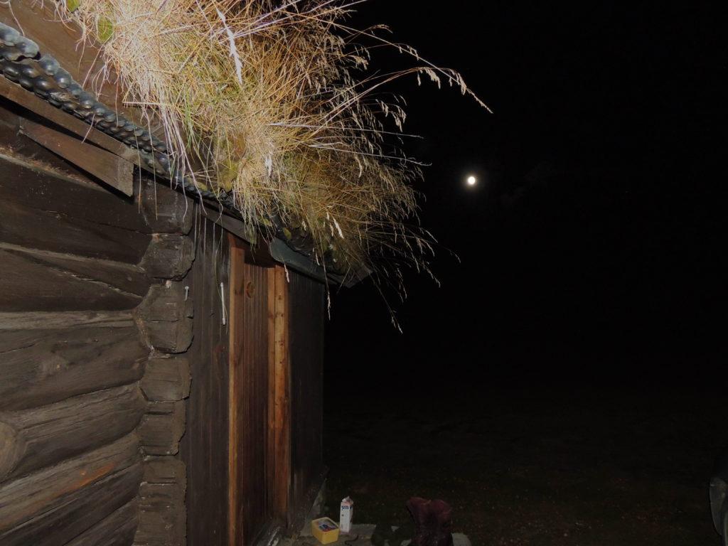 Måneskinn mot hytteveggen